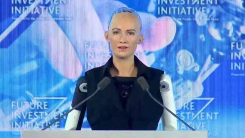 20320 Робот София получила гражданство Саудовской Аравии, и теперь у нее больше прав, чем у женщин и трудовых мигрантов страны