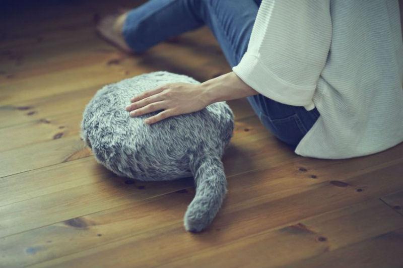 18272 Ты ее гладишь, а она мурчит: японцы создали подушку — заменитель кота