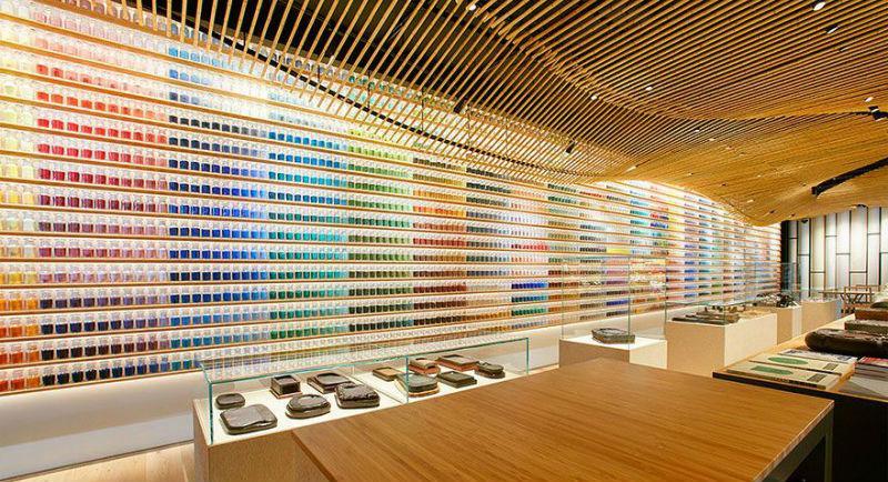 23850 4200 пигментов выставили в ряд в японском магазине красок