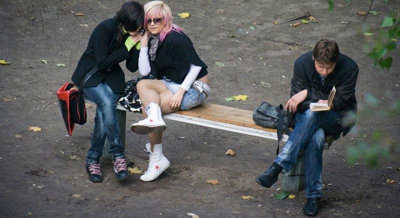 23453 Фотограф четыре года снимал, что происходит на лавочке в украинском дворе