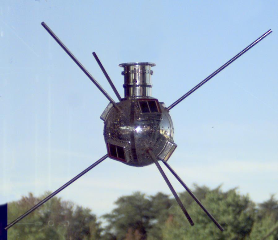 32377 Спутники-долгожители