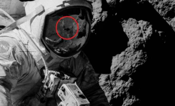 115373 Что за человек отражается в шлеме астронавта на Луне